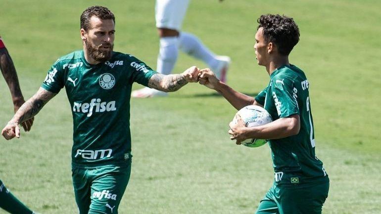 Lucas Lima e Gabriel Veron comemoram gol do Palmeiras sobre o Red Bull Bragantino