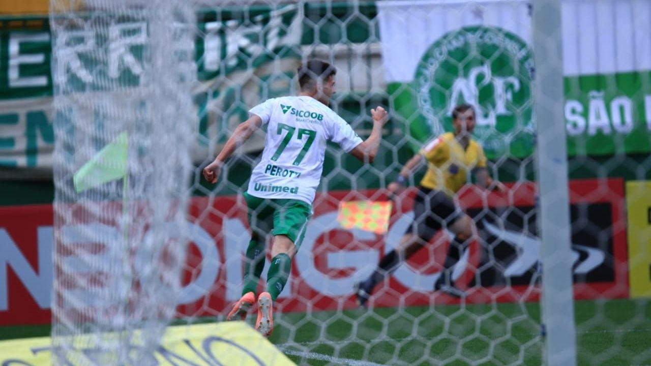 Perotti comemora seu gol, o da vitória da Chapecoense sobre o Avaí