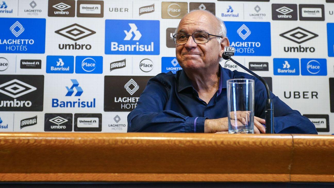 Presidente do Grêmio, Romildo Bolzan, durante entrevista coletiva