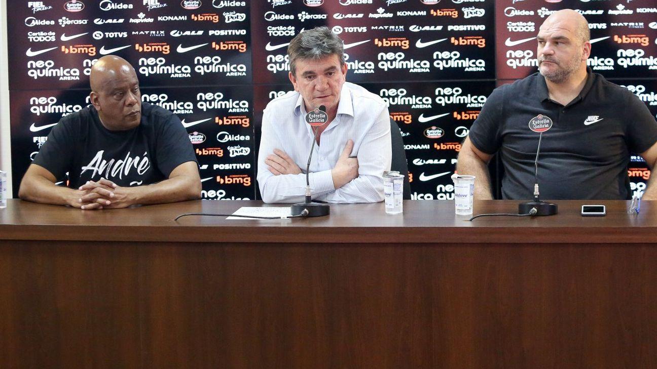 Andrés Sanchez, presidente do Corinthians, em entrevista com membros da diretoria