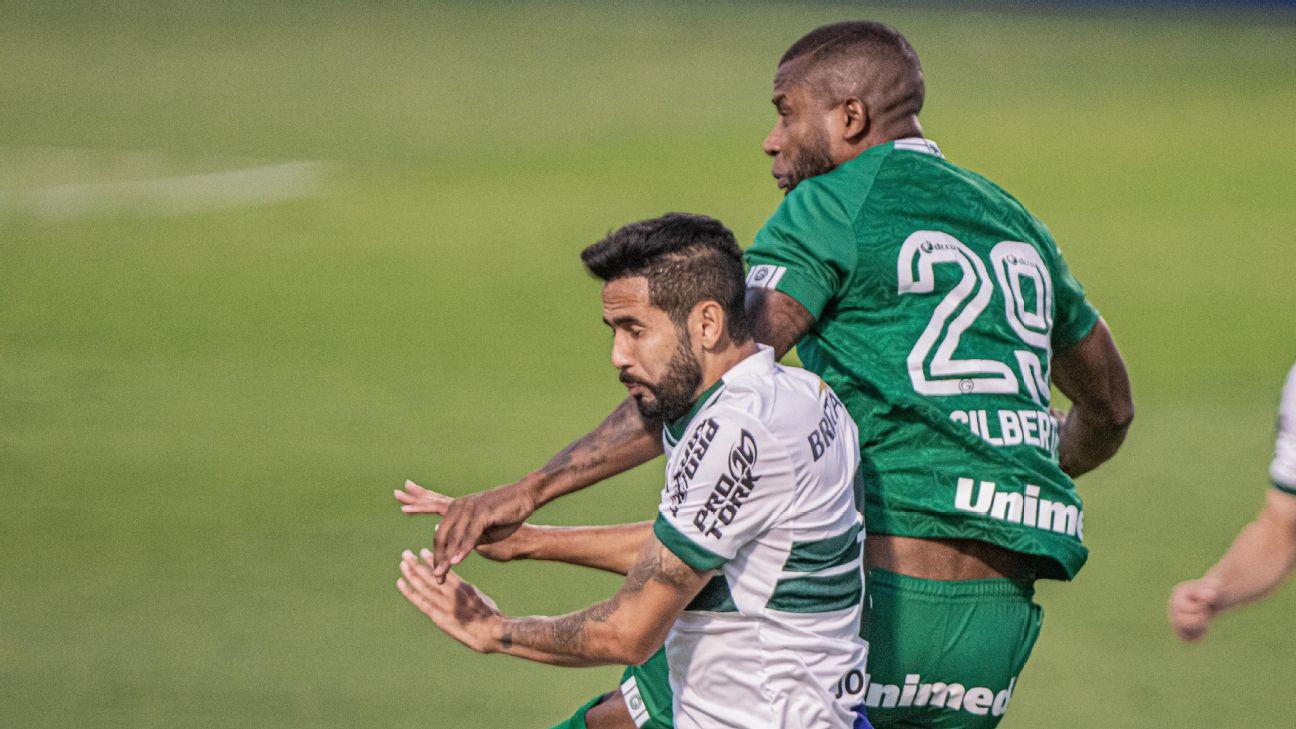 Gilberto e Jonathan disputam bola aérea durante Goiás x Coritiba