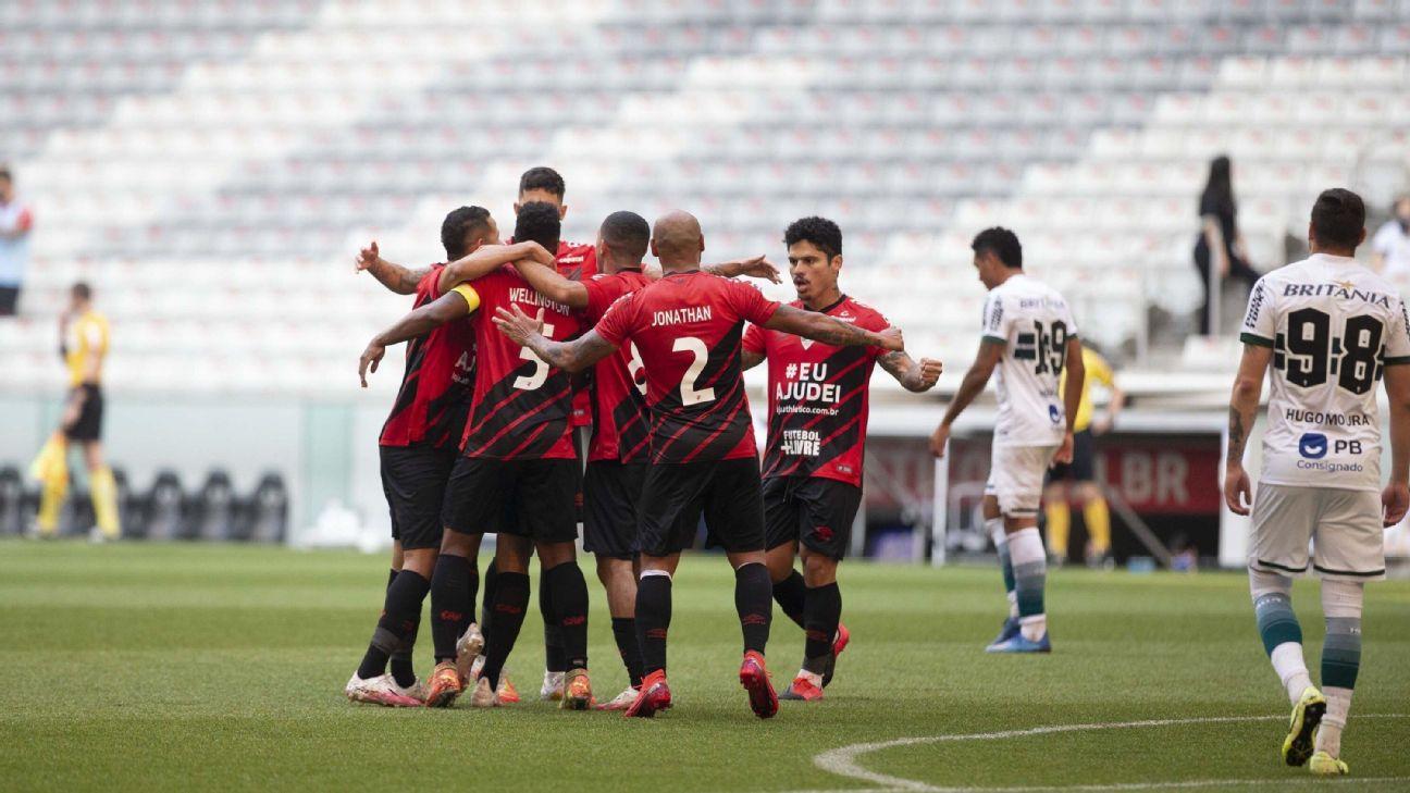 Jogadores do Athletico-PR comemoram gol