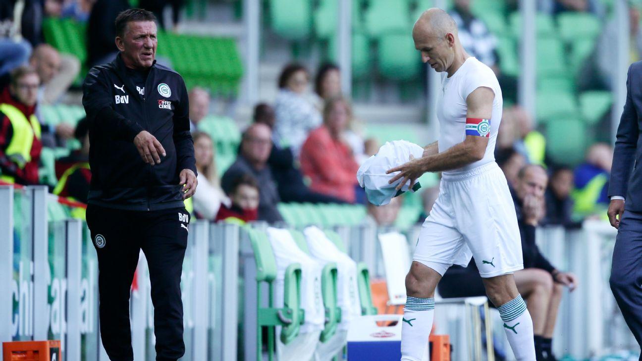 Arjen Robben deixa o campo durante partida do Groningen