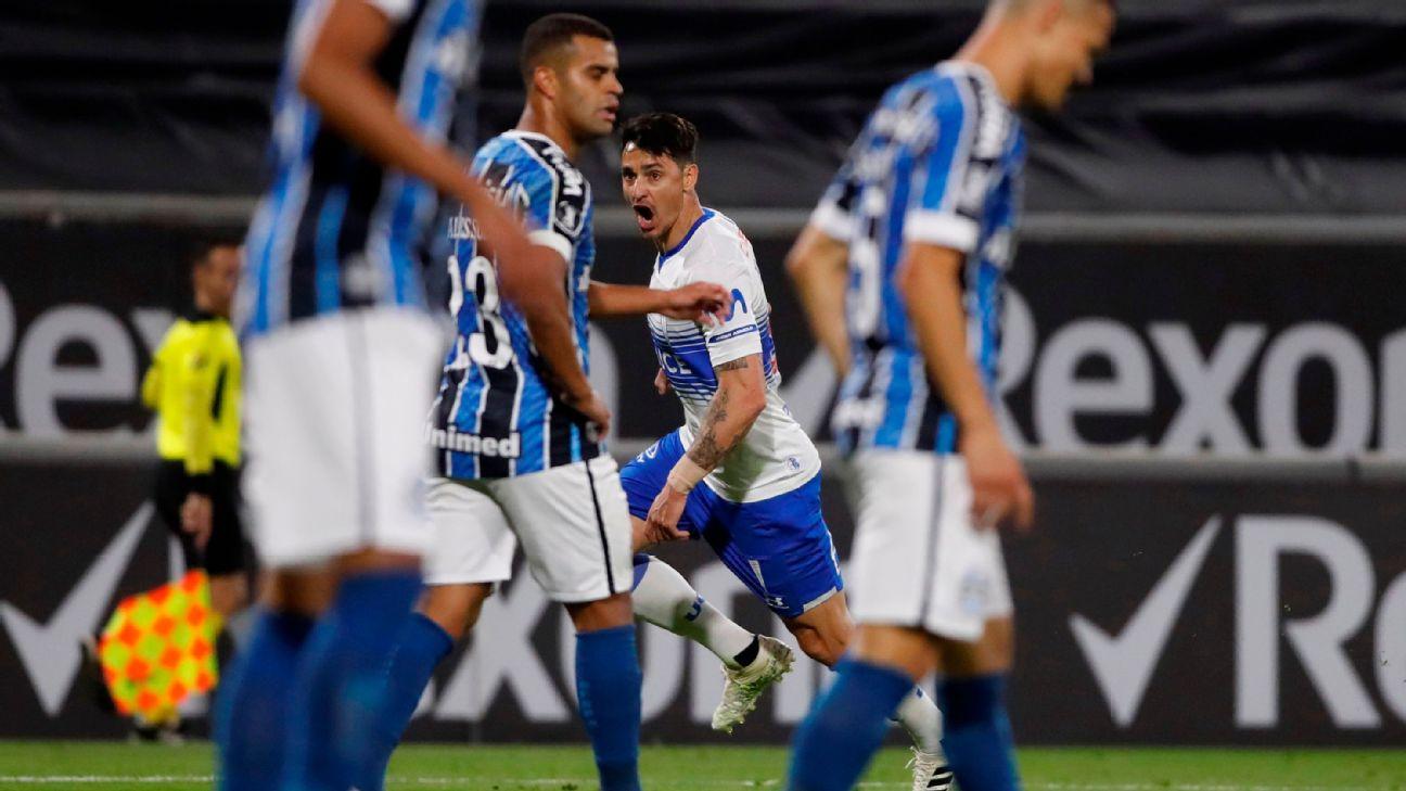 Zampedri comemora após marcar para a Universidade Católica sobre o Grêmio