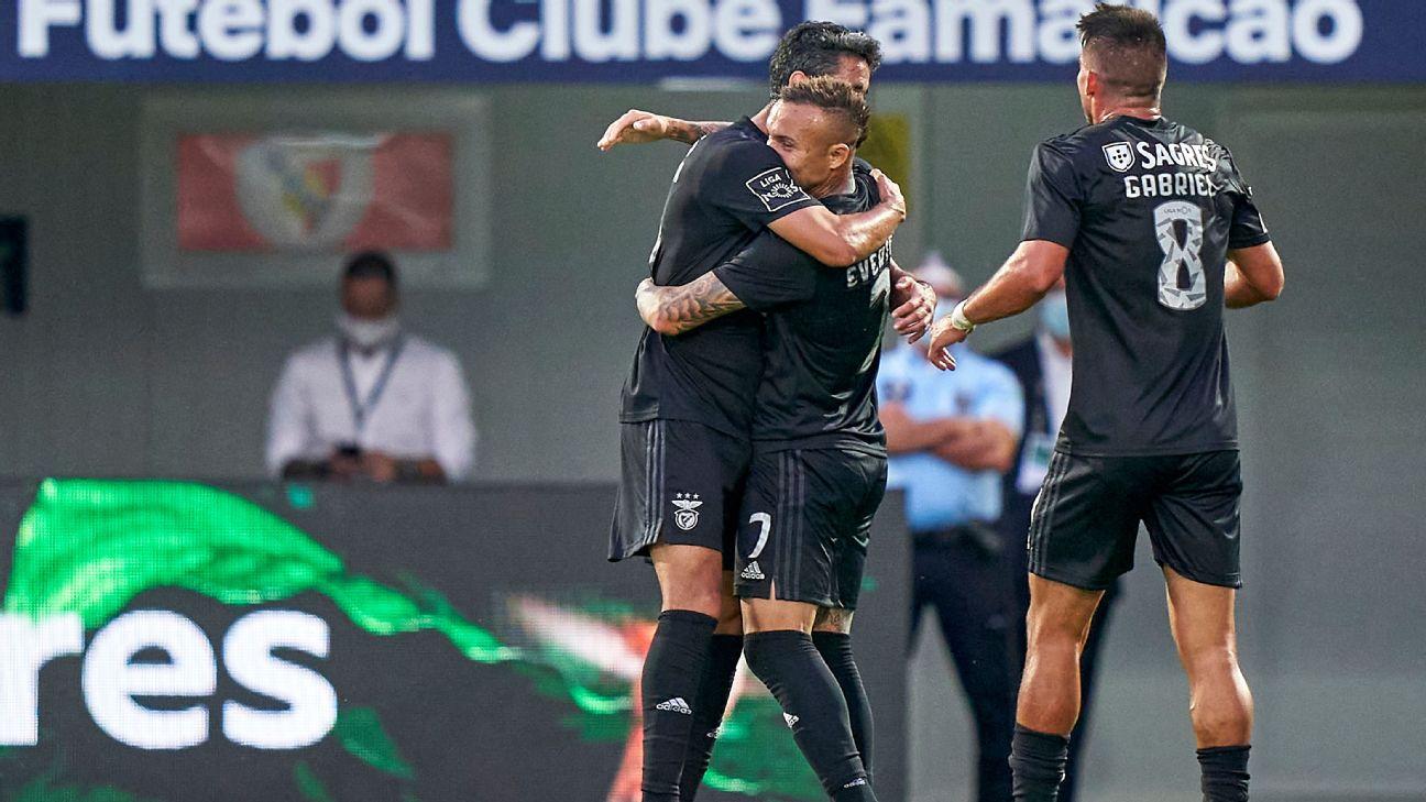 Cebolinha comemora seu 1º gol com a camisa do Benfica, diante do Famalicão