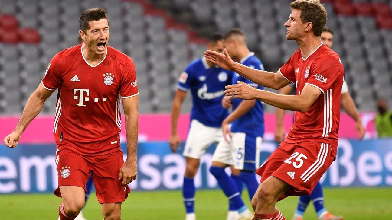 Lewandowski e Thomas Muller comemoram gol do Bayern sobre o Schalke 04