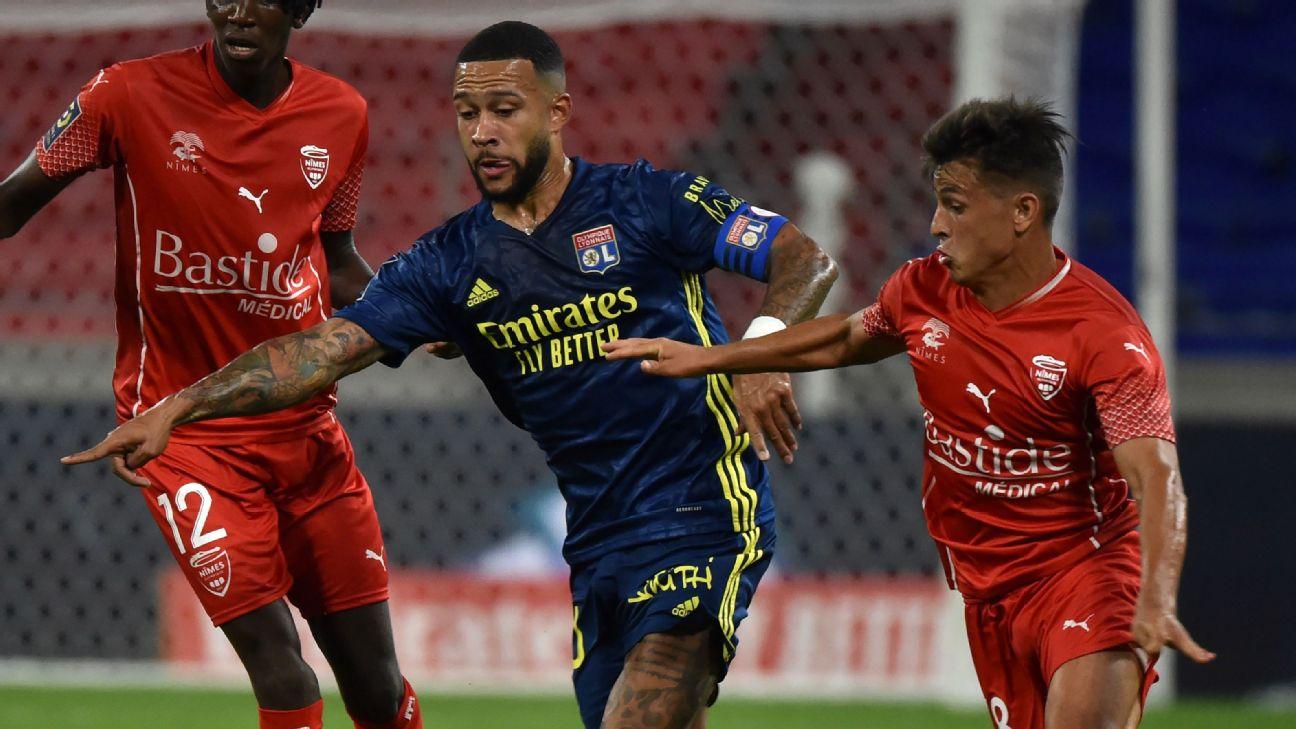 Depay disputa bola com Cubas em Lyon x Nimes