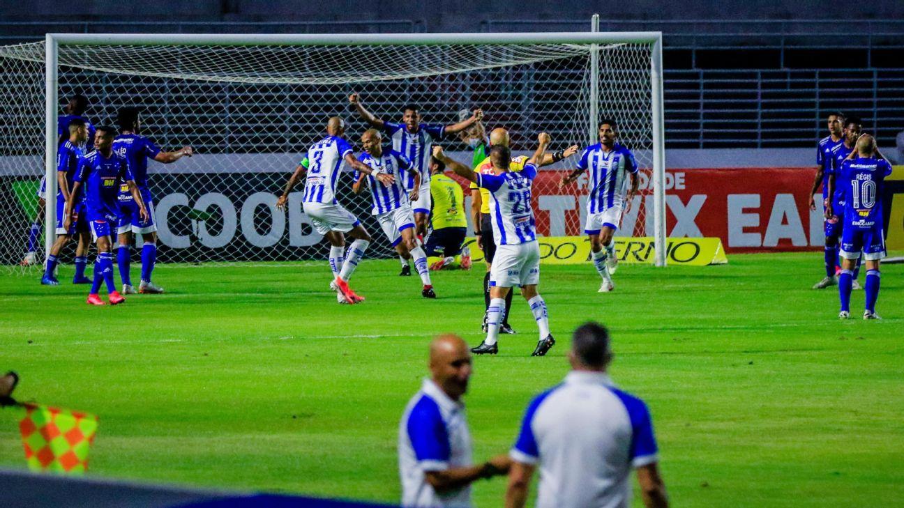 Jogadores do CSA saem para comemorar um dos gols contra o Cruzeiro