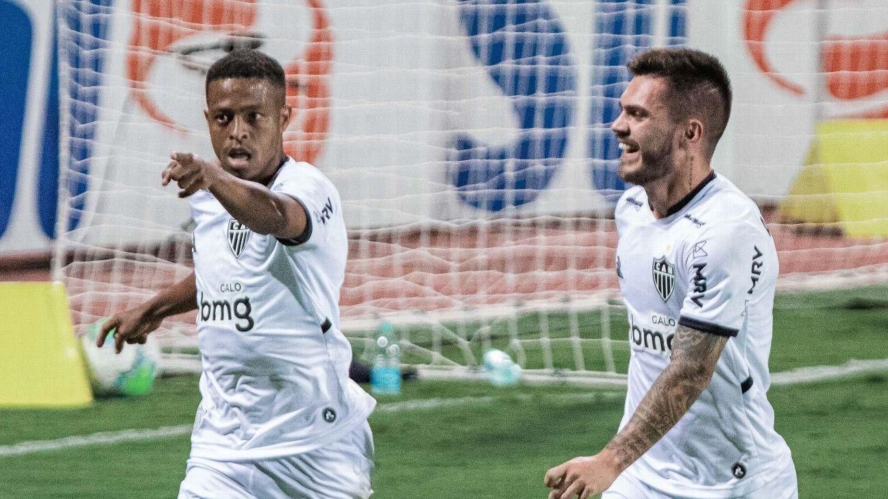 Keno e Nathan comemoram gol do Atlético-MG sobre o Atlético-GO