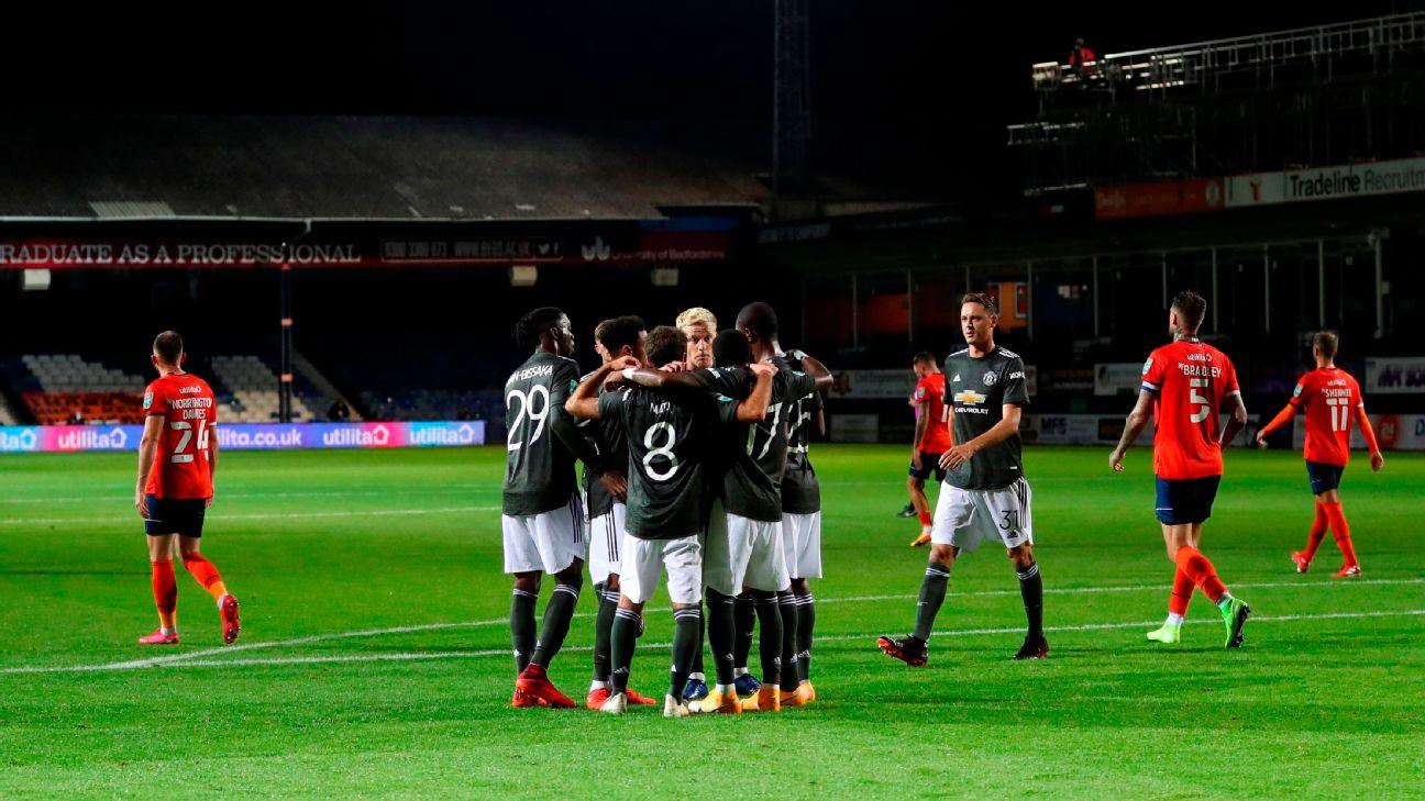 Jogadores do Manchester United comemoram gol sobre o Luton Town