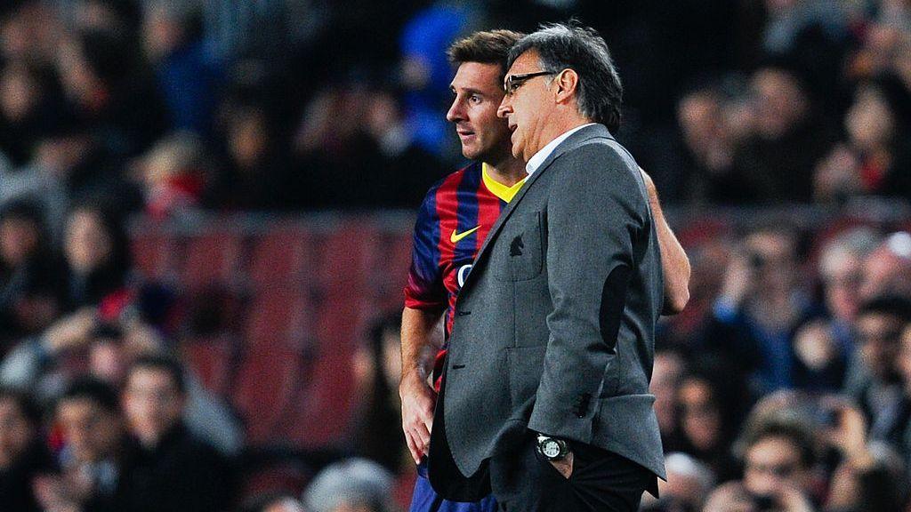Lionel Messi e Gerardo Martino conversam durante jogo do Barcelona