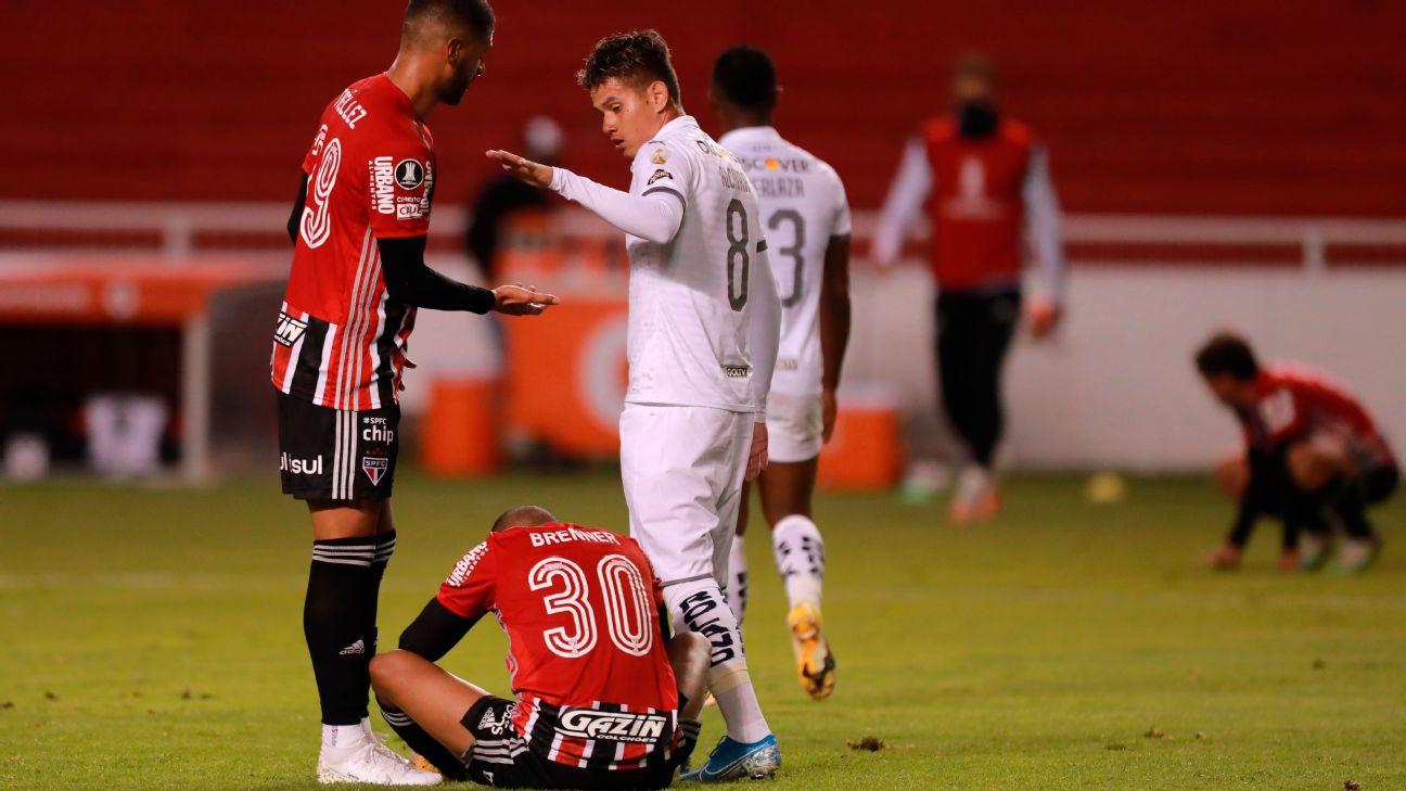 Jogadores do São Paulo lamentam a derrota para a LDU, pela Libertadores