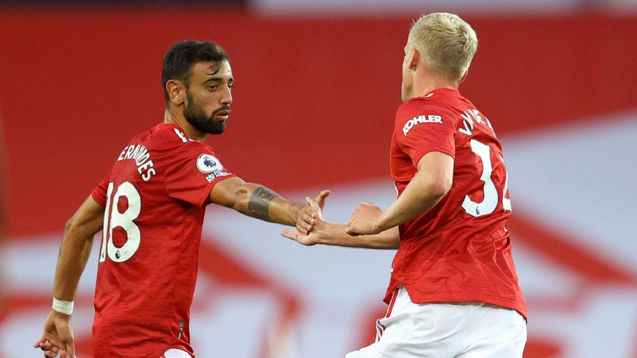 Donny Van De Beek cumprimenta Bruno Fernandes após gol na estreia pelo United