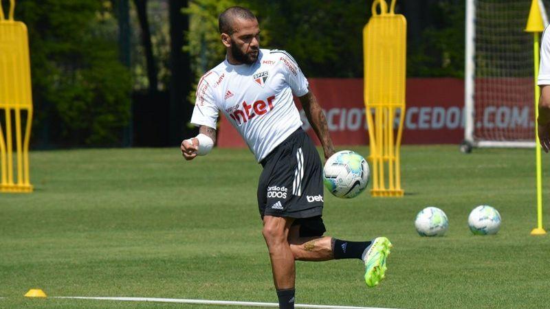 Daniel Alves, em treino do São Paulo, com proteção no braço direito