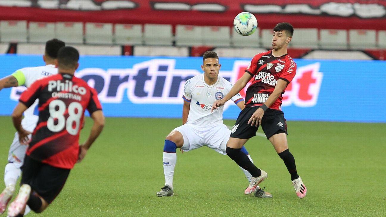 Pedrinho domina a bola em Athletico-PR x Bahia