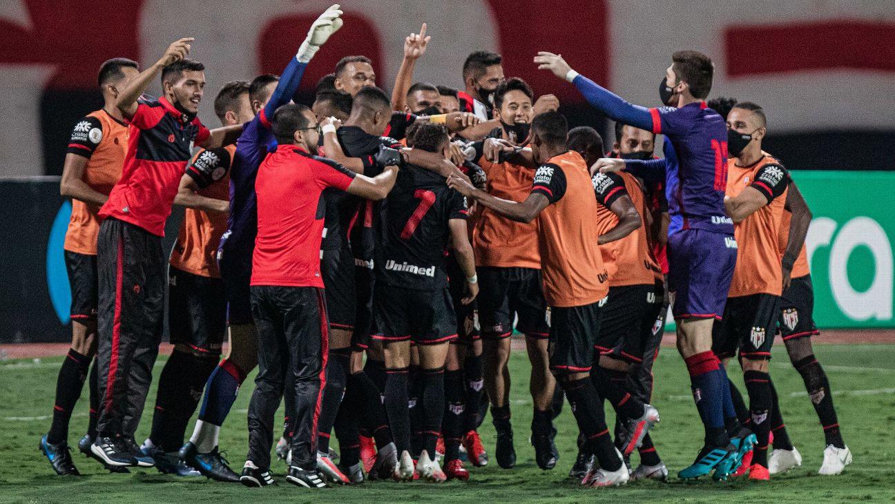 Jogadores do Atlético-GO celebram juntos após vitória