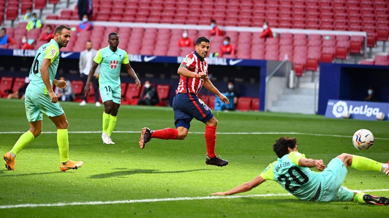 Luis Suárez finaliza para anotar gol pelo Atlético de Madrid