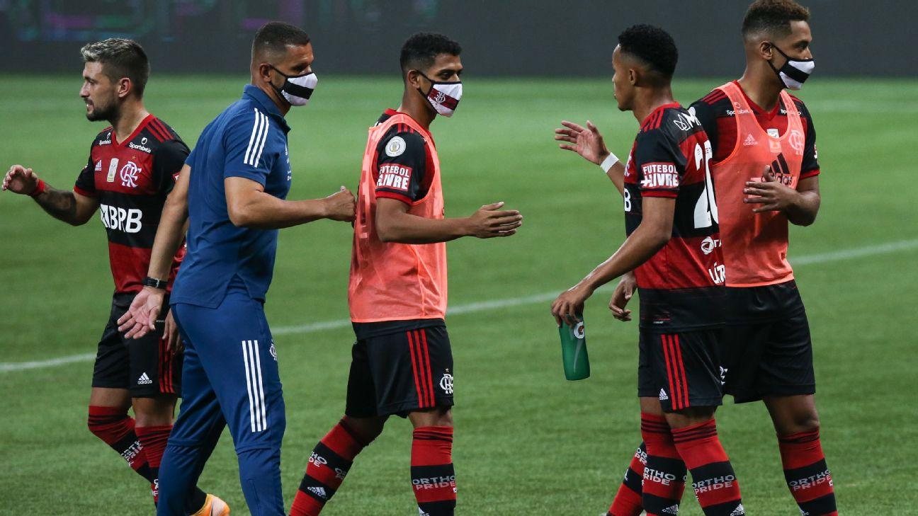 Jogadores do Flamengo se cumprimentam após o empate por 1 a 1 com o Palmeiras