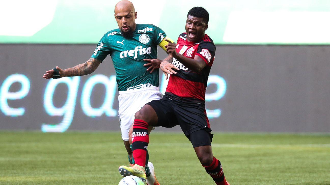 Lincoln, do Flamengo, disputa jogada com Felipe Melo, do Palmeiras