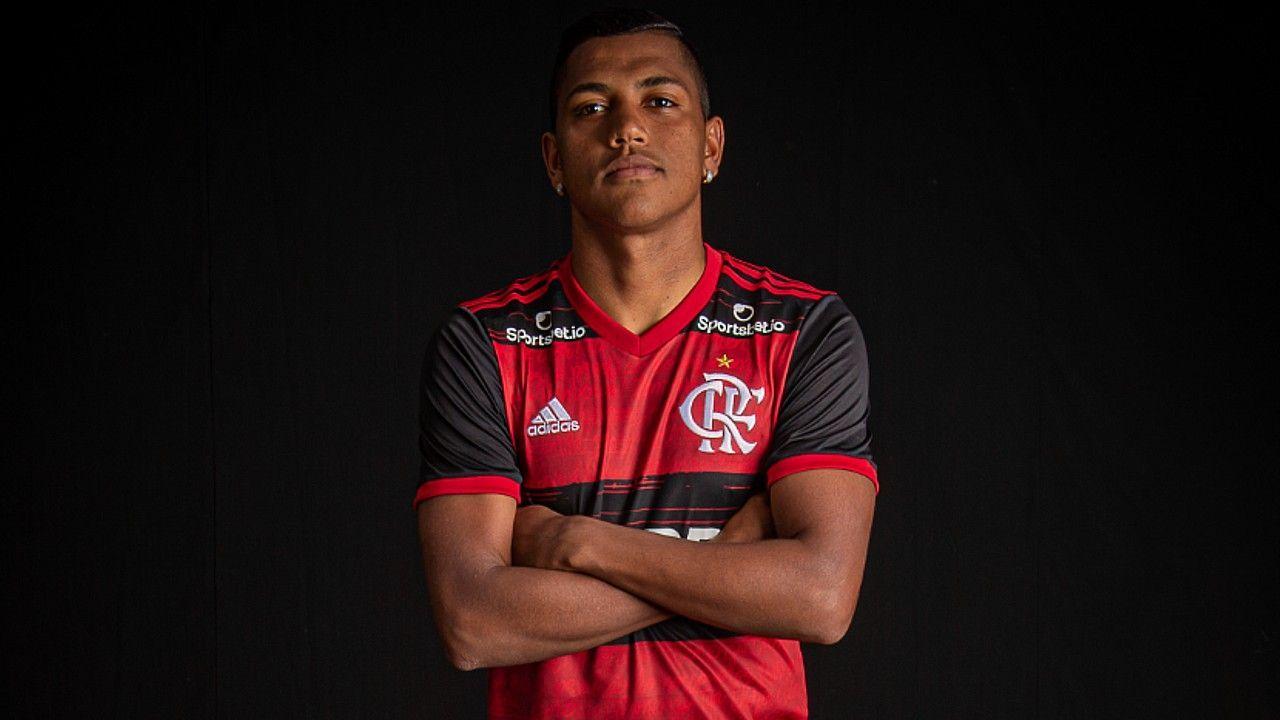 Pedro Rocha posa ao lado das taças conquistadas pelo Flamengo