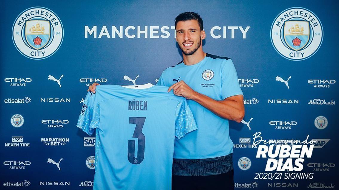 Rúben Dias posa com a camisa do Manchester City