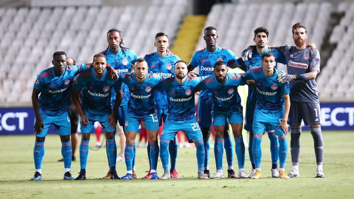 Equipe do Olympiakos alinhada antes do jogo com o Omonia Nicosia