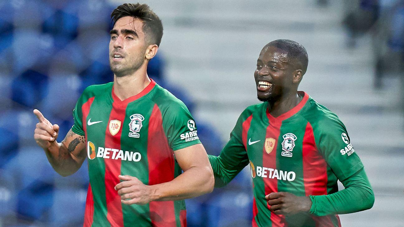 Rodrigo Pinho (à esq.) e Nanu (à dir.) comemoram gol do Marítimo contra o Porto em pleno Estádio do Dragão