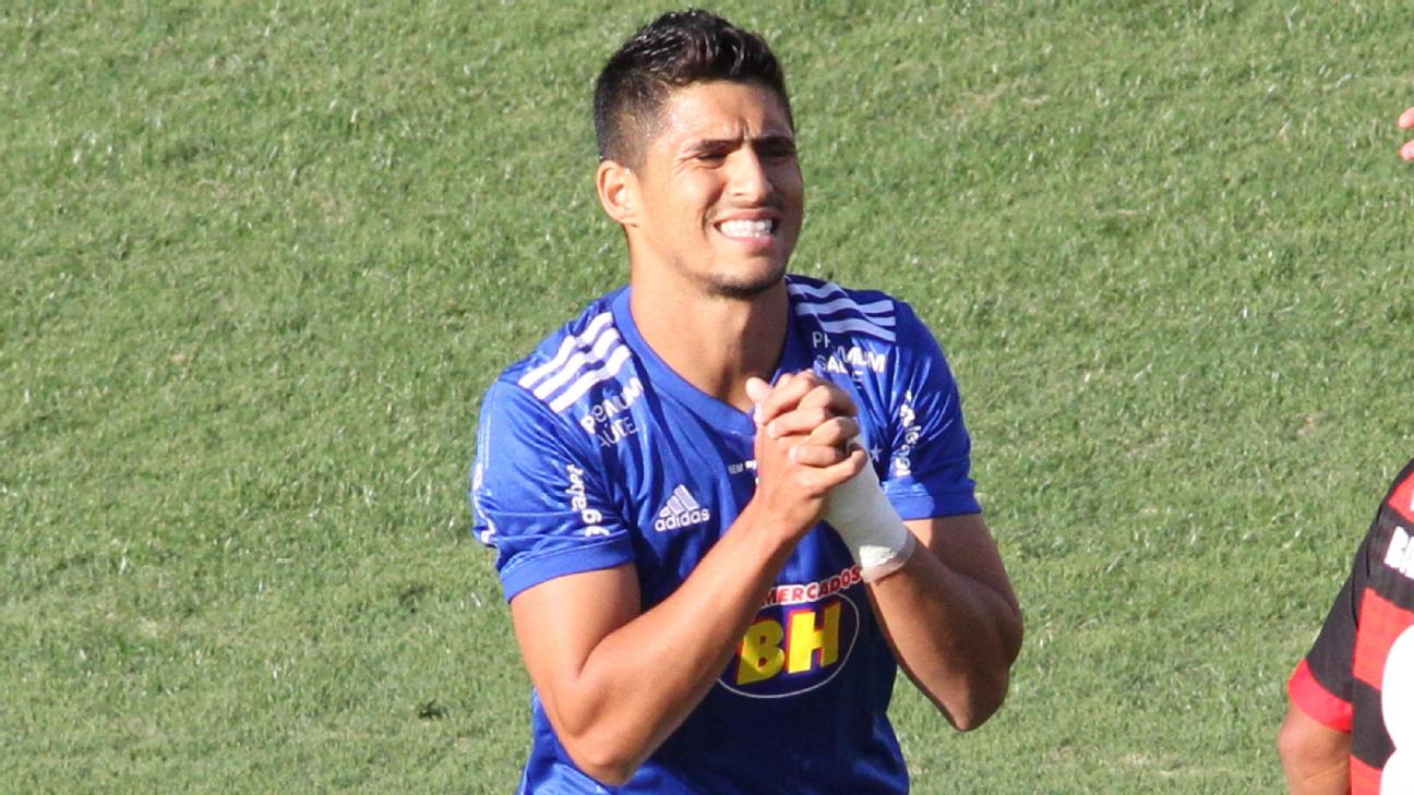 Daniel Guedes reclama com a arbitragem durante Cruzeiro x Oeste