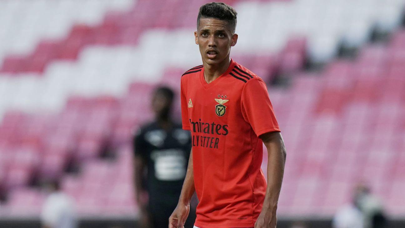 Pedrinho em ação com a camisa do Benfica durante partida em Portugal