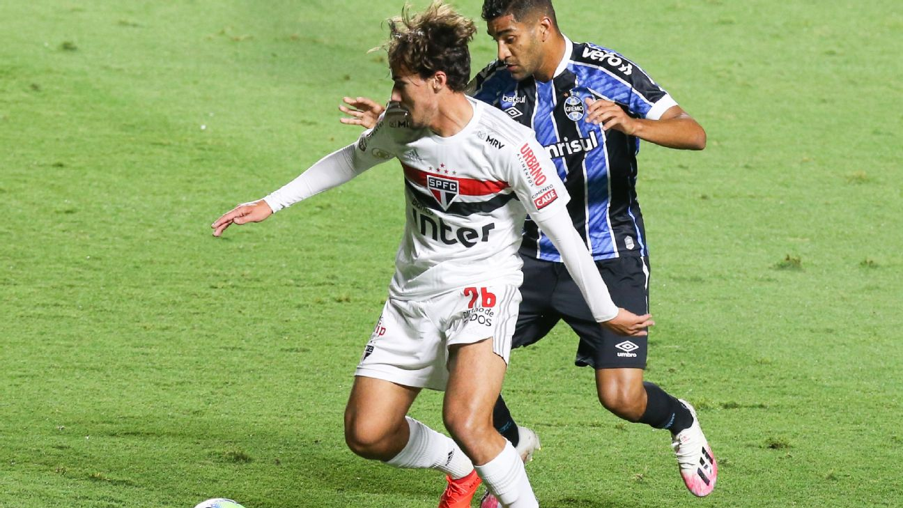 Igor Gomes, do São Paulo, tenta jogada durante partida contra o Grêmio