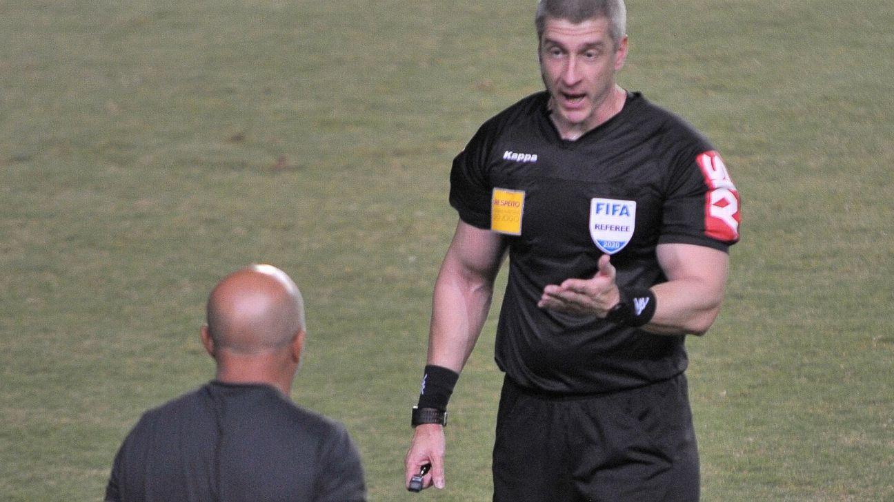 Anderson Daronco conversa com o técnico do Atlético-MG, Jorge Sampaoli, no jogo contra o Bahia