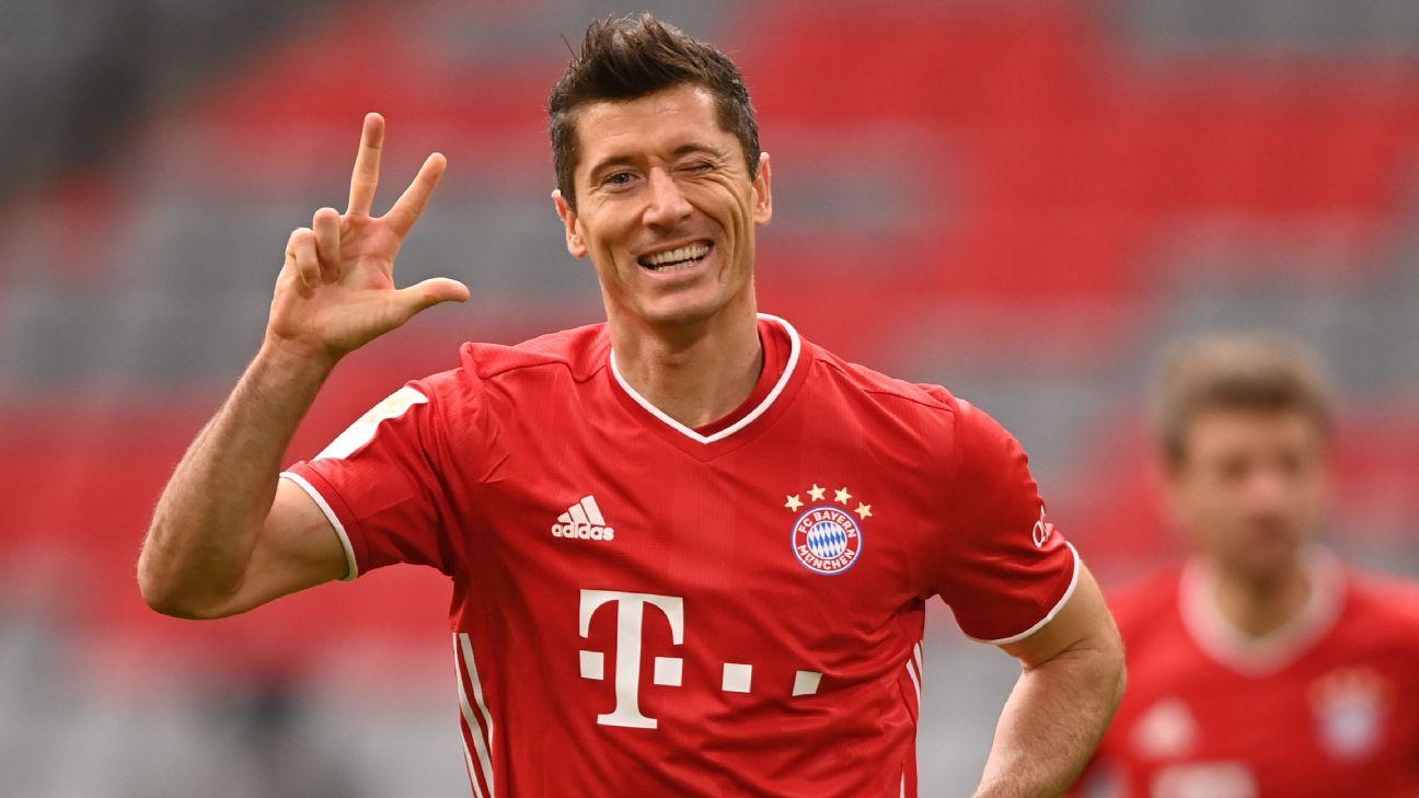 Robert Lewandovski comemora terceiro gol contra o Frankfurt em 23 de outubro