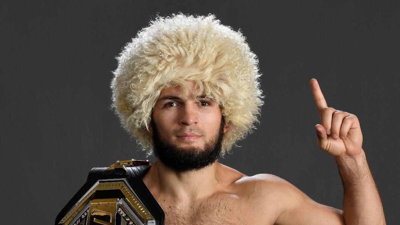 Khabib Nurmagomedov posando para foto antes do UFC 254