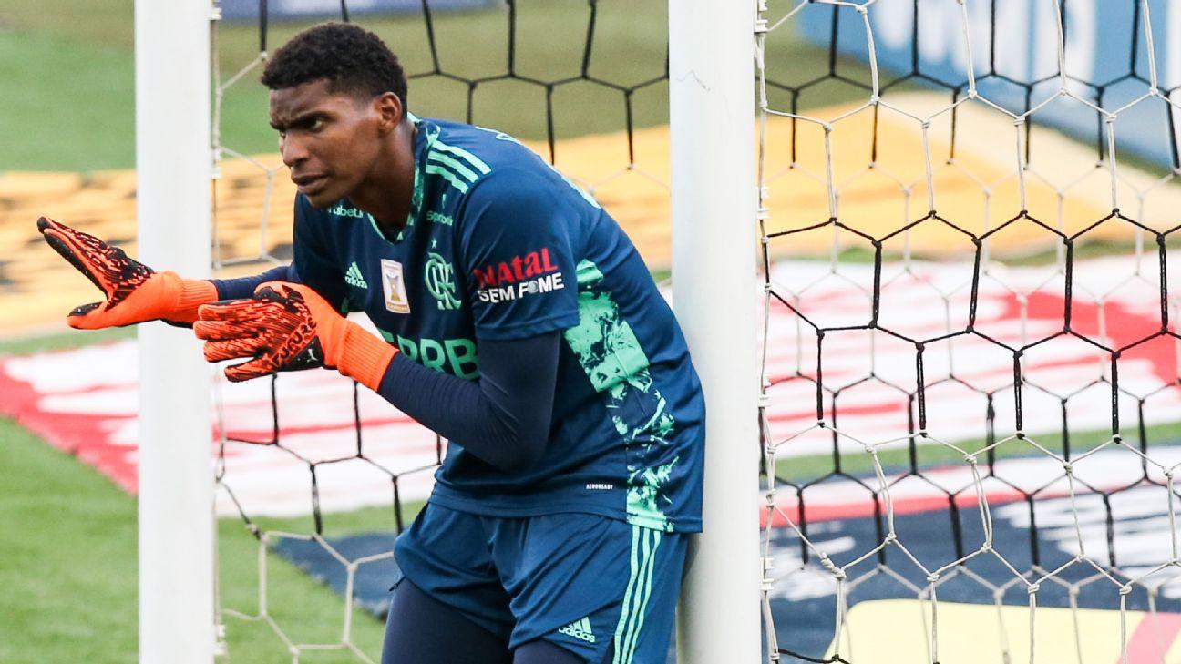 Hugo Souza em ação pelo Flamengo contra o Corinthians no Brasileiro 2020