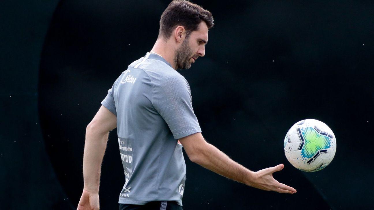 Boselli em treino com bola no CT Joaquim Grava