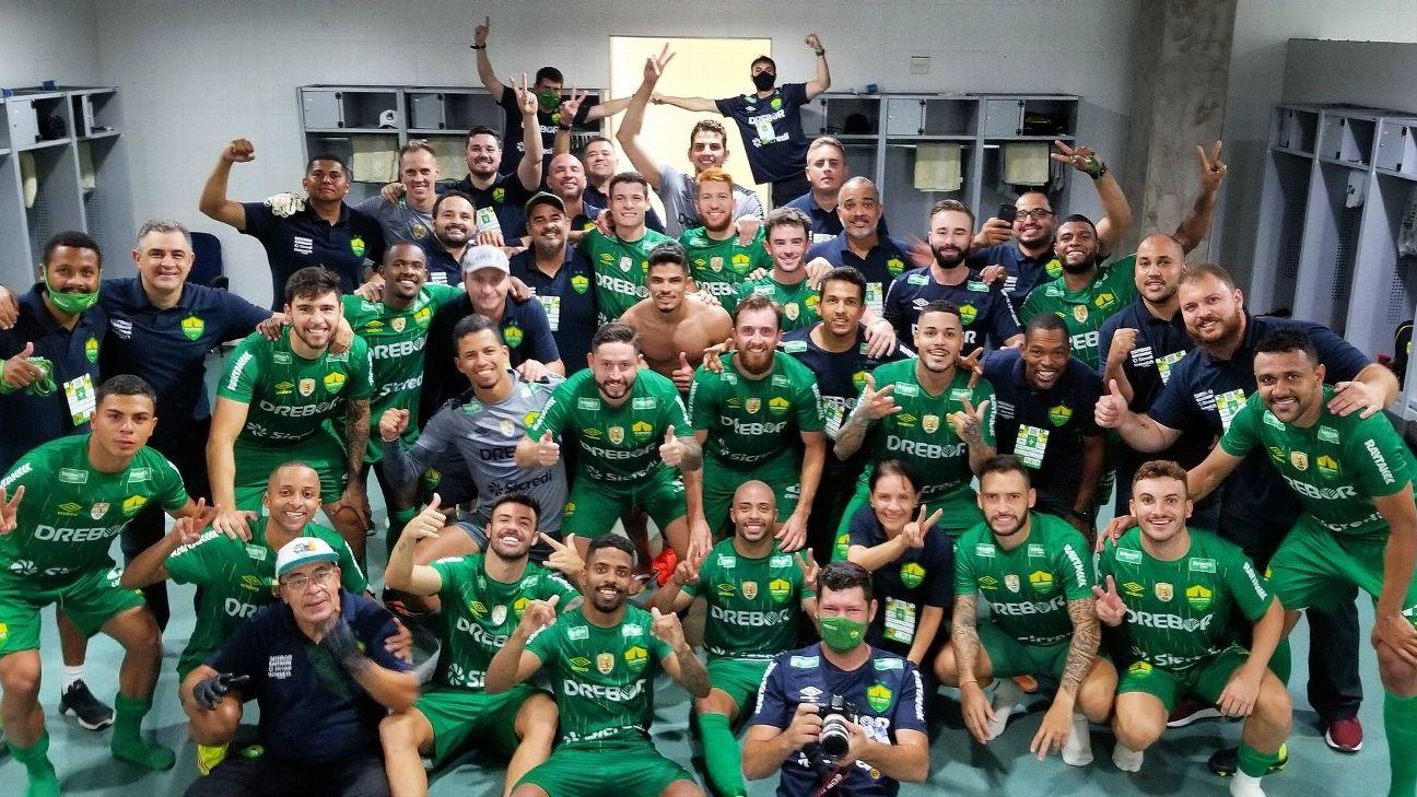 Elenco do Cuiabá comemora classificação na Copa do Brasil