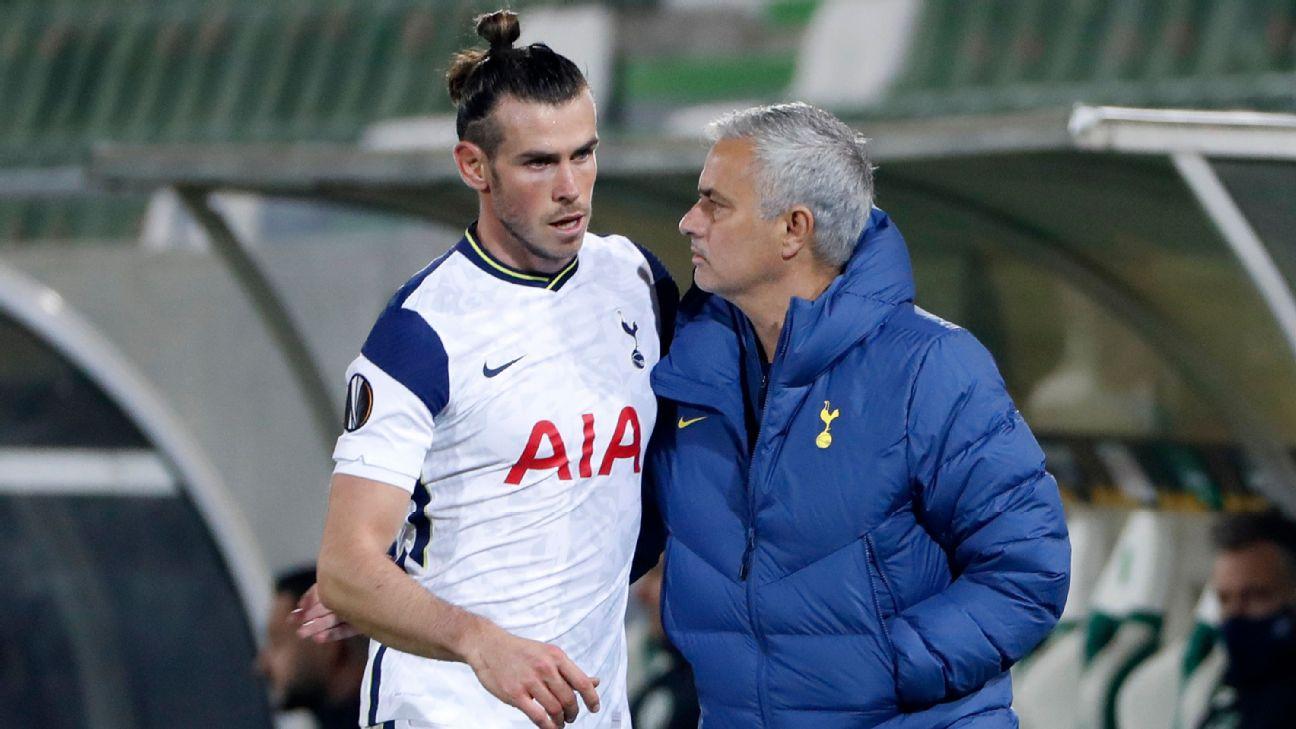 Gareth Bale abraça José Mourinho em partida do Tottenham