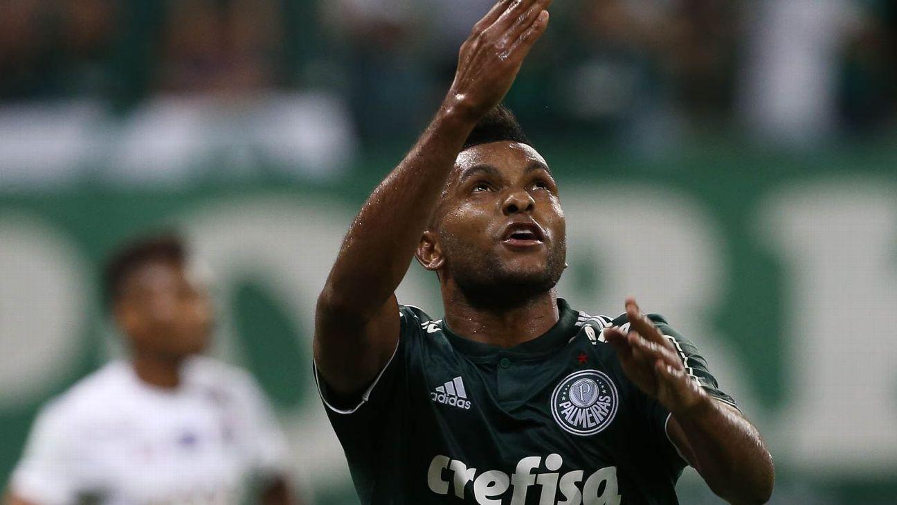 Miguel Borja comemora gol com a camisa do Palmeiras