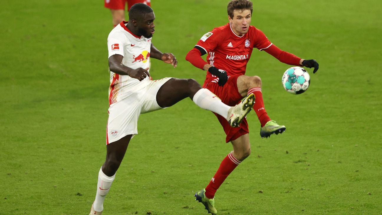 Thomas Müller disputa a bola na entrada da área com Upamecano em partida contra o Leipzig