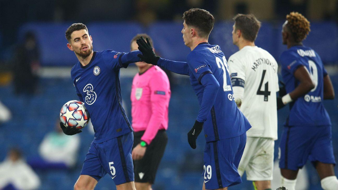 Jorginho é cumprimentado por Havertz após marcar de pênalti pelo Chelsea sobre o Krasnodar