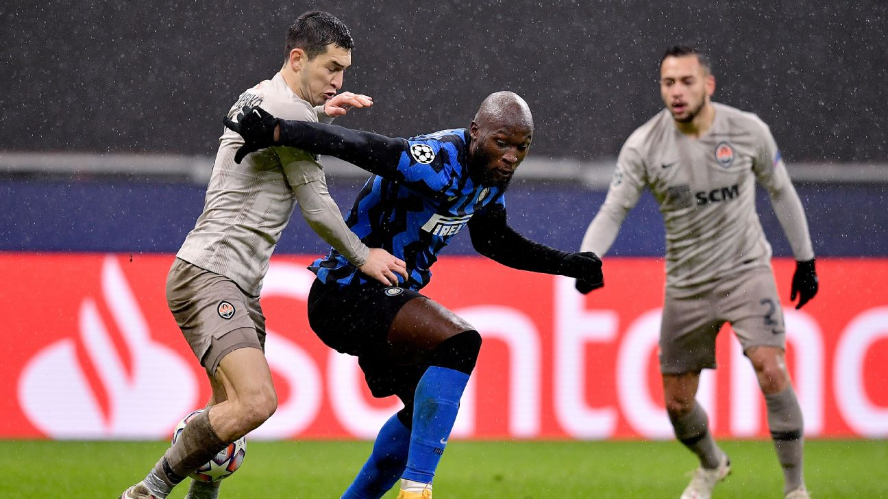 Lukaku disputa bola durante confronto com o Shakhtar Donetsk na Champions League
