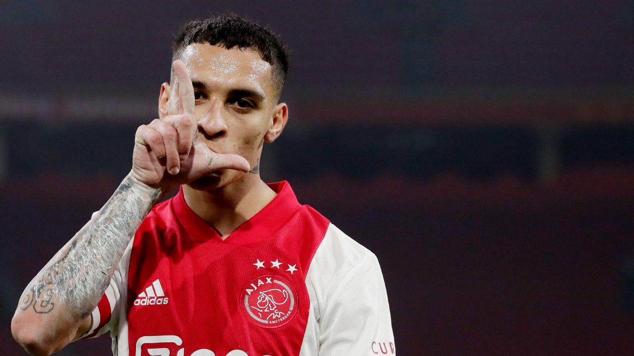 Antony comemora gol do Ajax