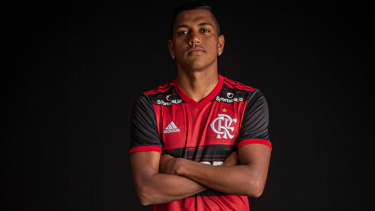 Pedro Rocha posando com as taças conquistadas no Flamengo