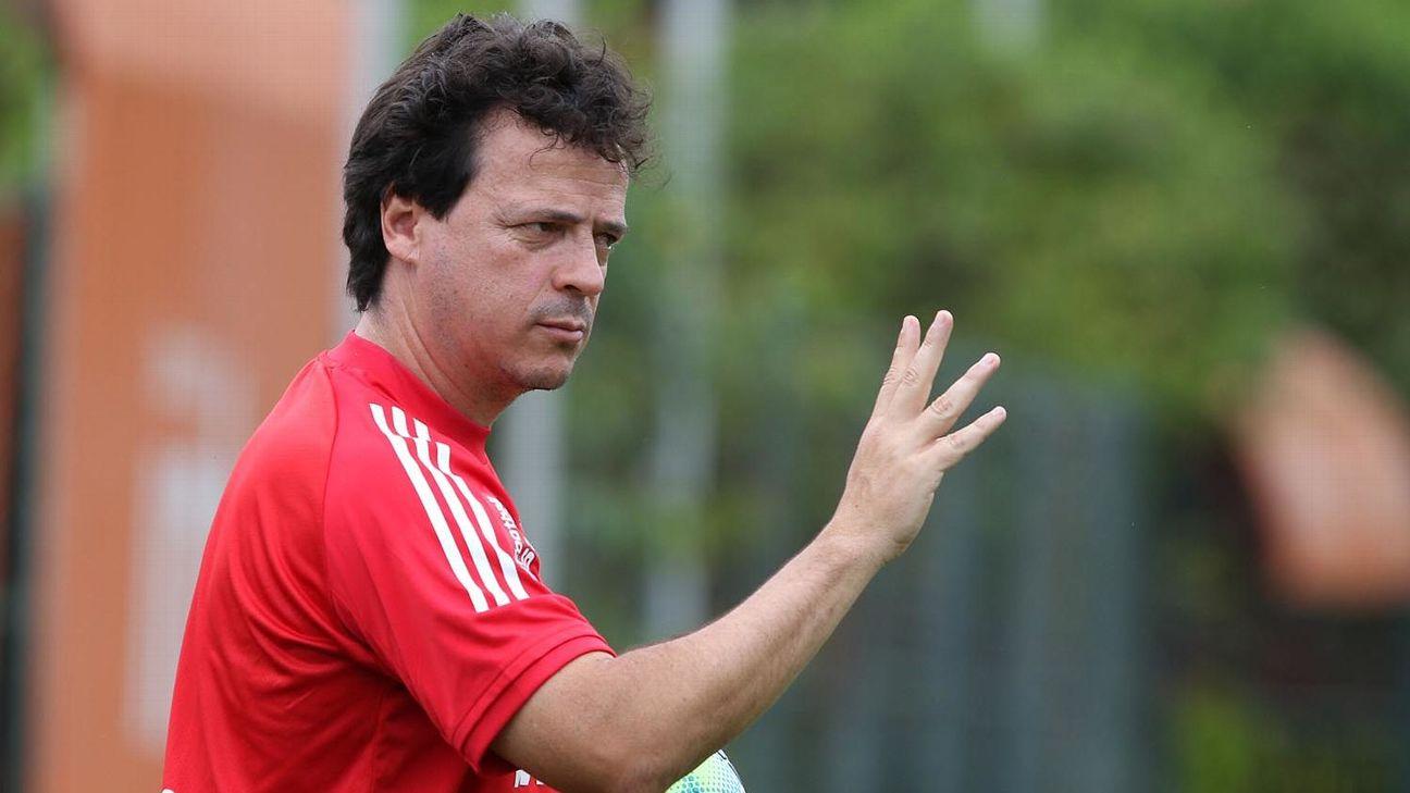 Fernando Diniz orienta time do São Paulo durante treino
