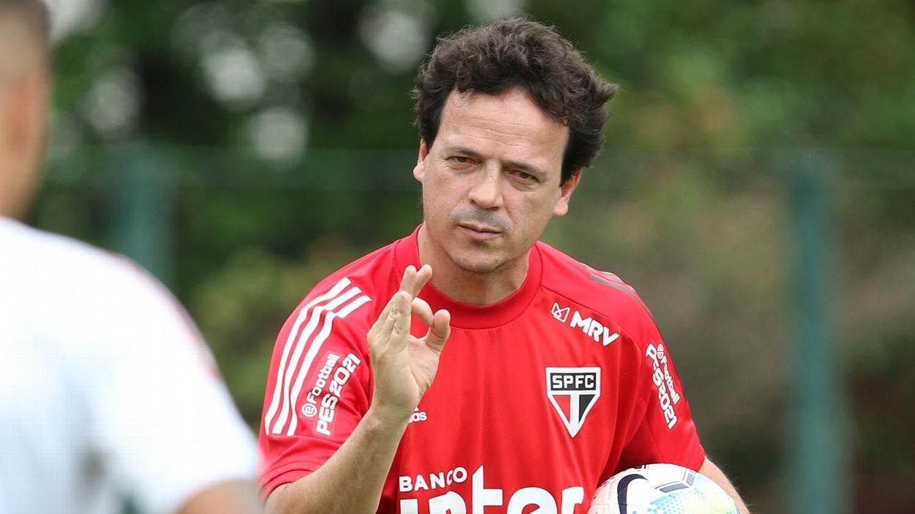 Fernando Diniz orienta jogadores em treino do São Paulo