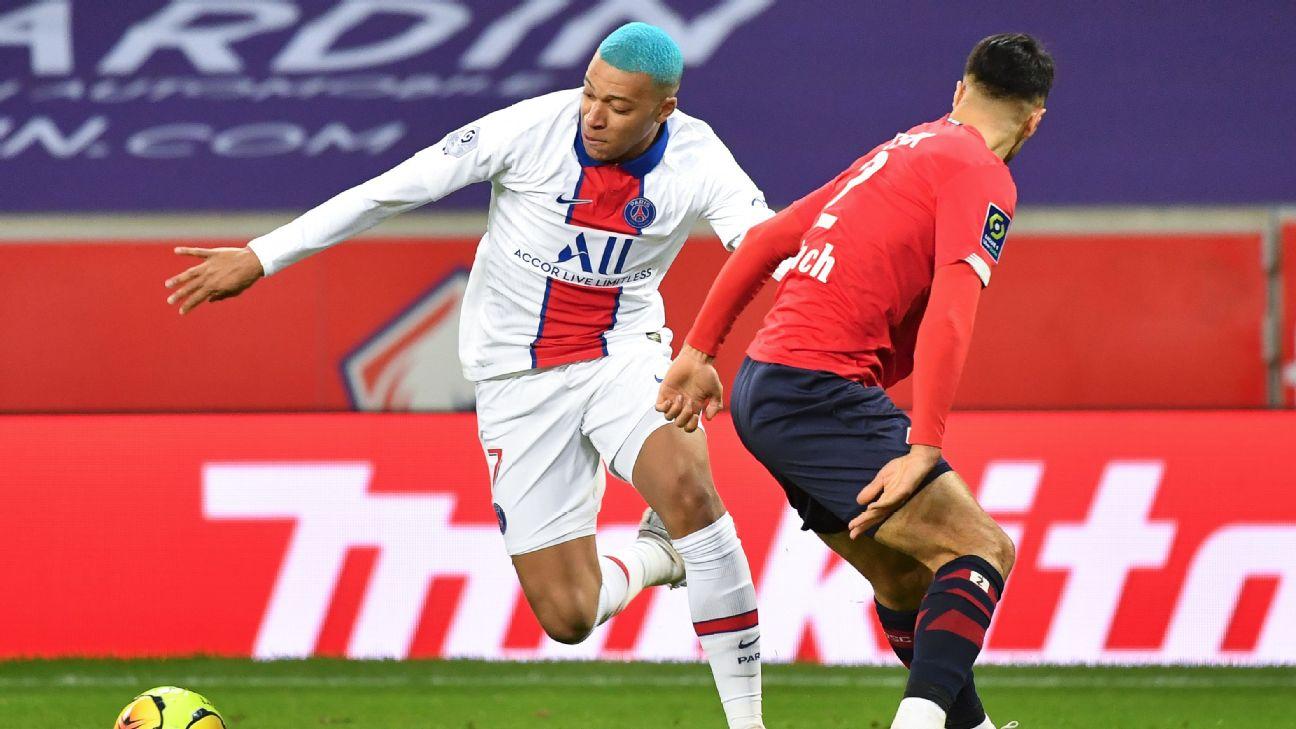 Mbappé, de cabelo azul, tenta jogada contra defesa do Lille