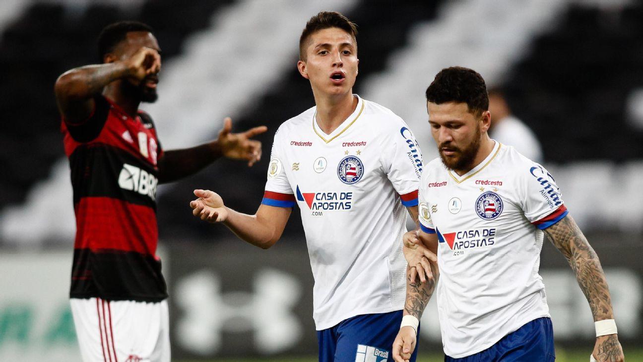 Índio Ramírez, à esquerda, ao lado de Rossi e com Gerson ao fundo na partida entre Flamengo e Bahia pelo Brasileirão