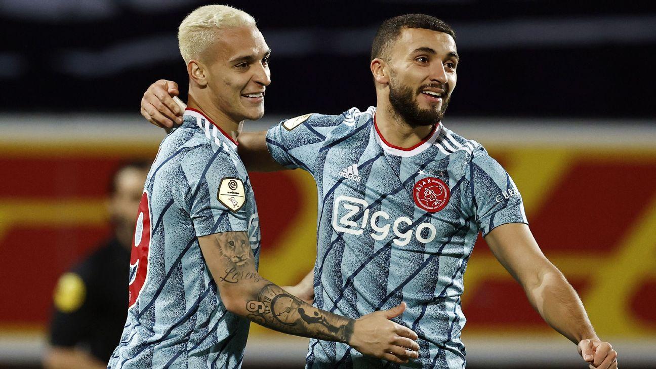 Antony (à esquerda) e Zakaria Labyad comemoram gol pelo Ajax