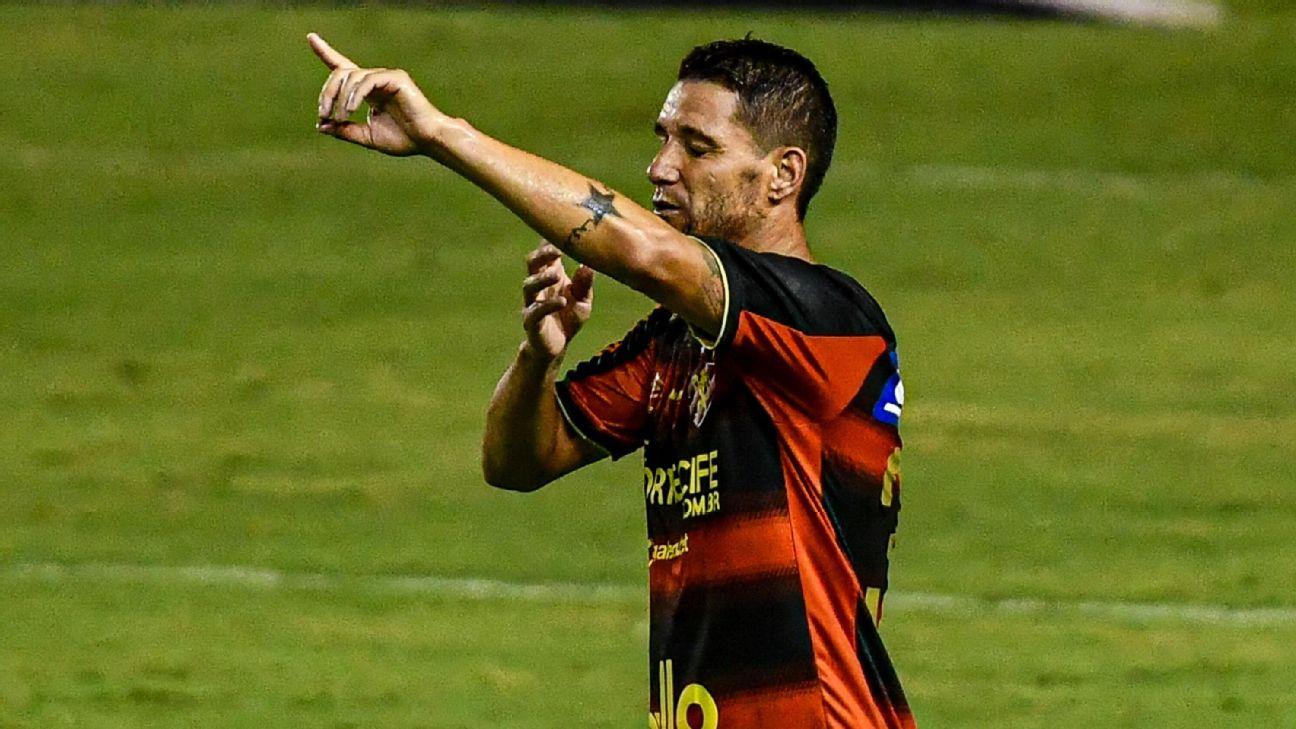 Thiago Neves comemorando gol sobre o Fortaleza no Brasileirão