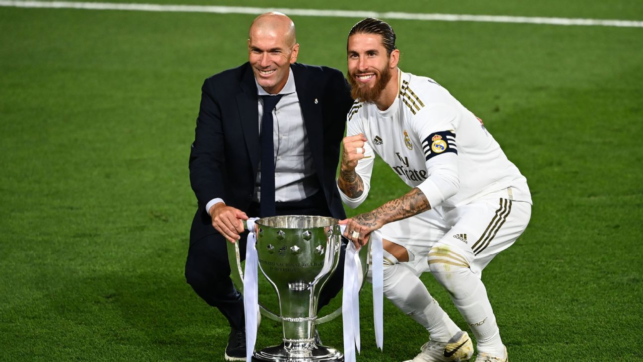Zidane e Sergio Ramos posam ao lado do troféu de LaLiga